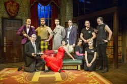 The Play That Goes Wrong garanterer grin og ømme lattermuskler! Bestil dine billetter i dag til dette prisvindende stykke i London!