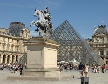 Se det bedste af Paris! Besøg Louvre og Notre-Dame, tage et cruise ned ad Seinen og nyde en lækker frokost i Eiffeltårnet. Bestil billetter online!