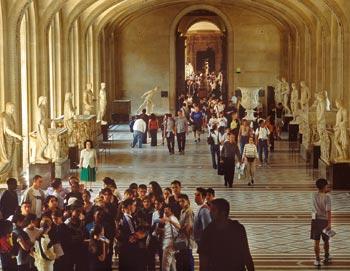 Tämä opastettu kierros Pariisin Louvre-museoon esittelee kuuluisia töitä, mukaan lukien Mona Lisan. Sinulle jää myös omaa aikaa. Varaa lippusi täältä!