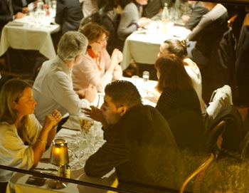 Koe Pariisin parhaat puolet tällä romanttisella illallisristeilyllä. Nauti valitsemasi alkupala, pääruoka ja jälkiruoka. Varaa paikkasi risteilyltä täältä.