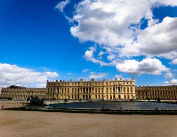 Enjoy a guided tour to Versailles from Paris! See the palace, the French gardens and the great fountain show to Baroque music & lights. Book here!