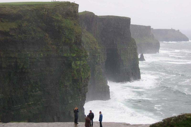 Nyt tur- og returtransport til Irlands mest imponerende naturlige attraksjon - Moher-klippene. Utforsk turistsenteret og klippene. Bestill her!