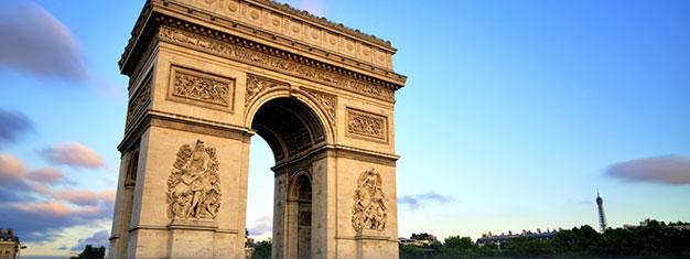 Spring køen over til Triumfbuen!! Beundre den 360° panoramiske udsigt over Paris fra det verdensberømte monument på toppen af Champs-Élysées. Køb her!
