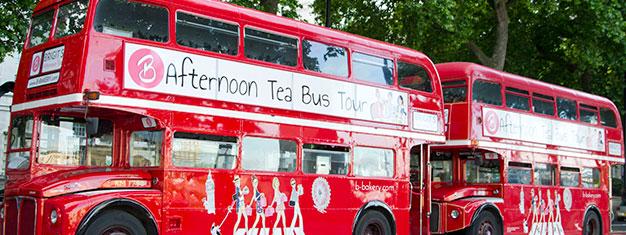 Wejdź na pokład autobusu Routemaster w stylu vintage i wybierz się na wycieczkę z tradycyjnym rytuałem popołudniowej herbaty. Rezerwuj bilety online!