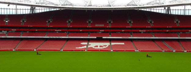 Imponerende Emirates Stadium, som er Arsenal FC's hjem i London, kan romme over 60.000 mennesker. Bestill billetter til vår Arsenal FC Stadium Tour her!