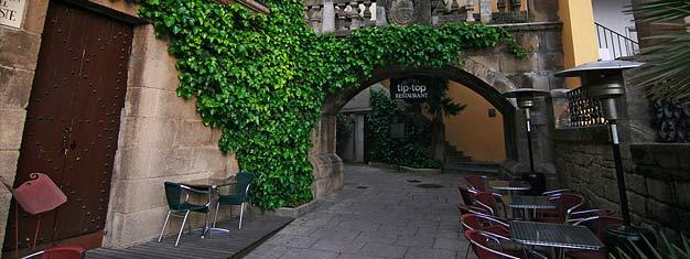 Pueblo Espanyol in Montjuïc in Barcelona is absoluut een bezoek waard. Tickets voor Pueblo Espanyol in Barcelona here!
