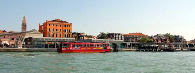 Explora Venecia con un barco turístico Hop-On Hop-Off! Niños menores de 5 van gratis. Reserva tus entradas aquí para el barco turístico!