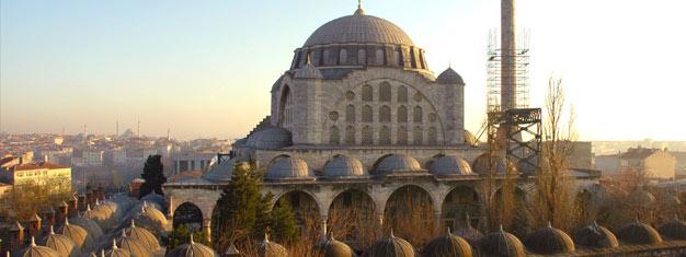 Venez voir la Mosquée de Eyüp Sultan, prenez le téléphérique et montez tout en haut de la Colline, jusqu'au café de Pierre Loti, où vous pourrez admirer la vue sur la Corne d'Or. Achetez vos billets ici.