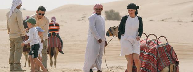 Merk spenningen når du kjører over sanddynene, besøk en kamelfarm og prøv sandboarding på denne turen ut i ørkenen! Bestill på nettet!