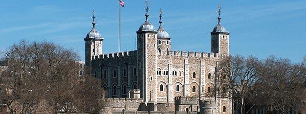 ロンドン塔はクラウンジュエル、ロンドン塔の守衛、血ぬられた塔と反逆者の門を見る機会を提供しています。ロンドンの歴史の中心的部分をお見逃しなく。Tower of London, Beefeater