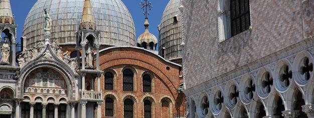 Sehen Sie das Beste Venedigs inkl. Fahrt mit dem Wassertaxi auf dem Canal Grande, Markusdom, dem Haus Marco Polos, Campo San Giovanni Paolo und der berühmten Seufzerbrücke.