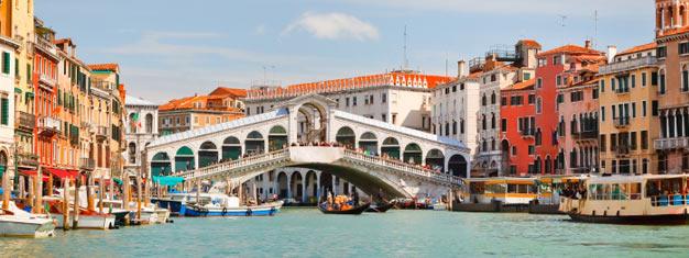 Toma un recorridoturístico y ve lo mejor de Venezia. Prueba un paseo en góndola, disfruta un tour exclusivo de la Basílica de San Marco o prueba un inolvidable tour de comida y vino en el barrio judío.