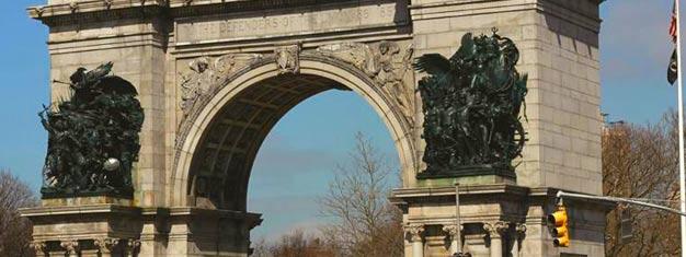 Fai una bella passeggiata sull'iconico Ponte di Brooklyn, che unisce Brooklyn a Manhattan, ed ammira il DUMBO, l'affascinante area di Brooklyn dall'altro lato del ponte. Prenota qui!