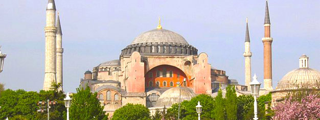 Köp biljetter till Istanbul Heldagstur. Upplev den muslimska världens fascinerande historia bland de Bysantinska och Osmanska rikenas imponerande sevärdheter.
