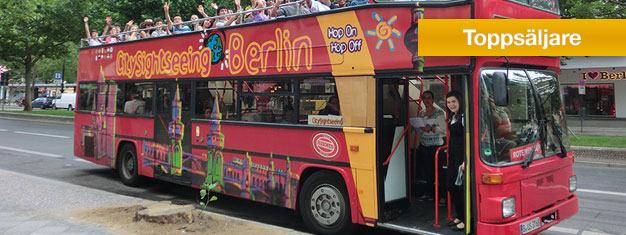 Utforska Berlin i din egen takt med Hop-on Hop-off city sightseeing bussarna! 3 olika busslinjer med många hållplatser. Barn under 6 reser gratis. Boka här!