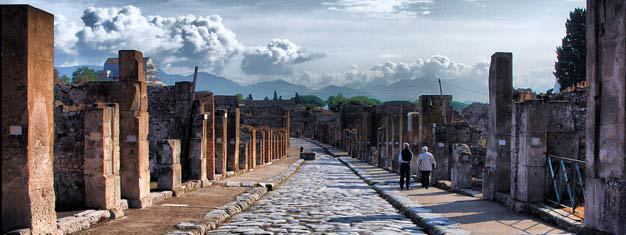 Vyhlídkový zájezd autobusem do Pompejí je úžasnou cestou zpět ke starobylým ruinám jedné z nejničívějsích, přírodních vulkanických erupcí. Lístky zde!