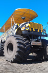 Monster Truck Fahrt durch Orange Groves