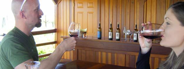 Tämä kokopäivän viinimaa-retki Kalifornian kauniille viinialueelle Napa Valleyhin sisältää sekä viininmaisteluja että upeita maisemia. Varaa netissä!